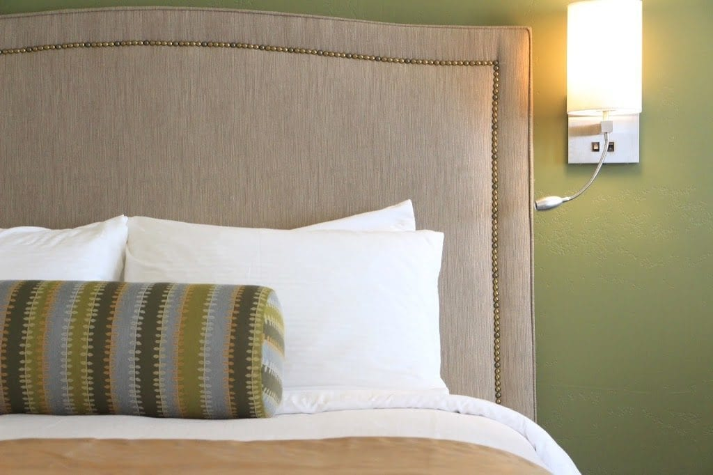 Lamp-In-A-Box TRI-TRV-HOTEL Travel Hotel Labels Tripod Lamp