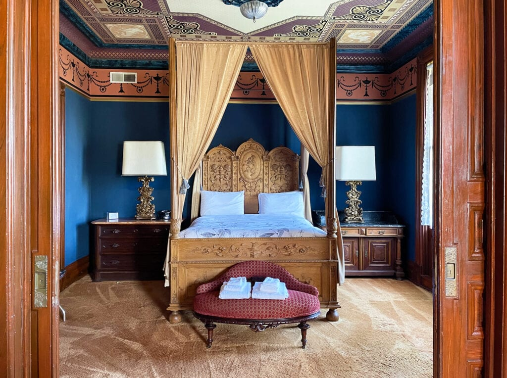 Guest room of the Chateau Tivoli
